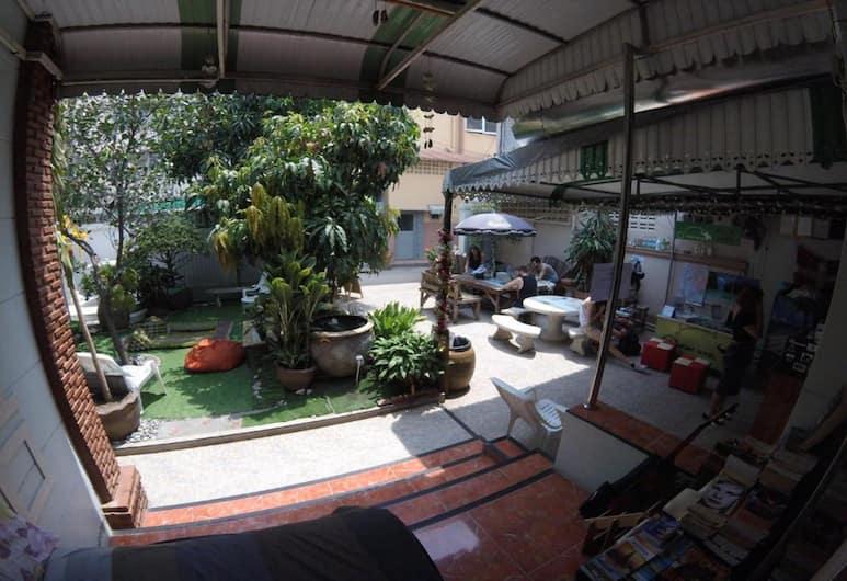 The Oasis Hostel - Adults Only, Bangkok, Terasz/udvar