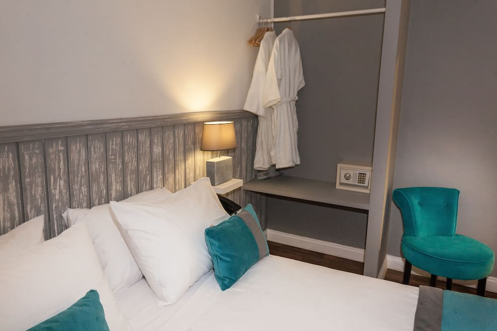 Standard Triple Room, 1 Queen Bed, Shared Bathroom - Guest Room