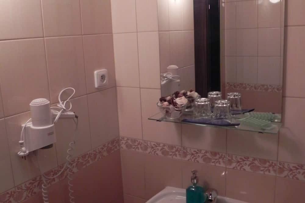Išskirtinio dizaino kambarys (1 dvigulė / 2 viengulės lovos) - Vonios kambarys