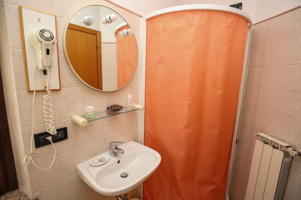 Izba s dvojlôžkom alebo oddelenými lôžkami - Umývadlo v kúpeľni