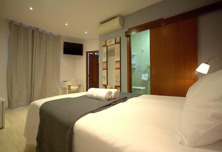 Hostel Artistic Barcelona, Barcelona, Triple Room, Private Bathroom, Guest Room