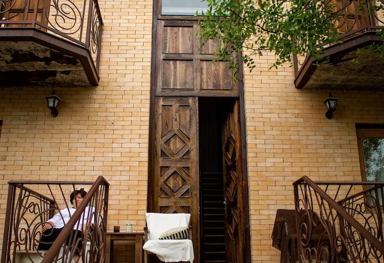 庫塔特利藝術之家酒店, 茨卡爾圖博, 酒店正面