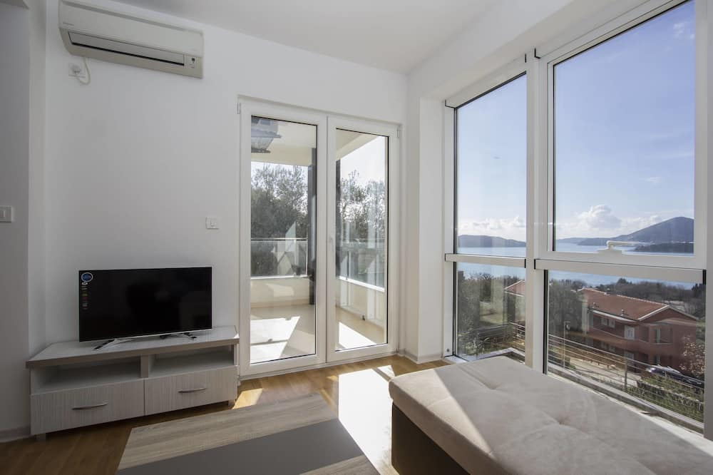 Apartment, 2 Bedrooms, Private Bathroom, Sea View - Living Area