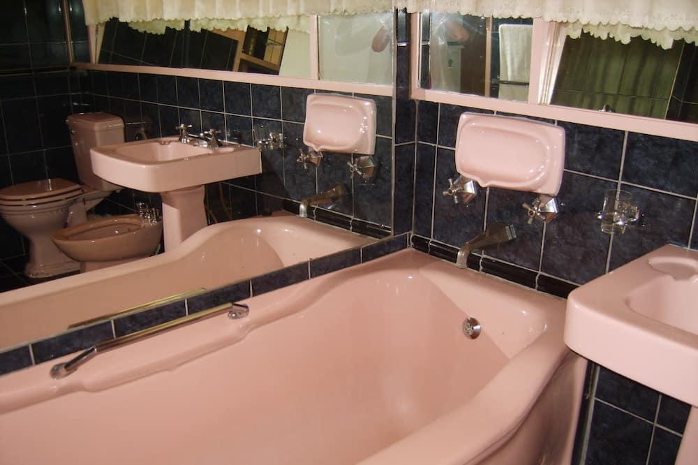 Rodinná izba, 2 spálne, výhľad na záhradu - Kúpeľňa