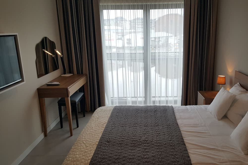 Deluxe Apartment, Canal View - Room