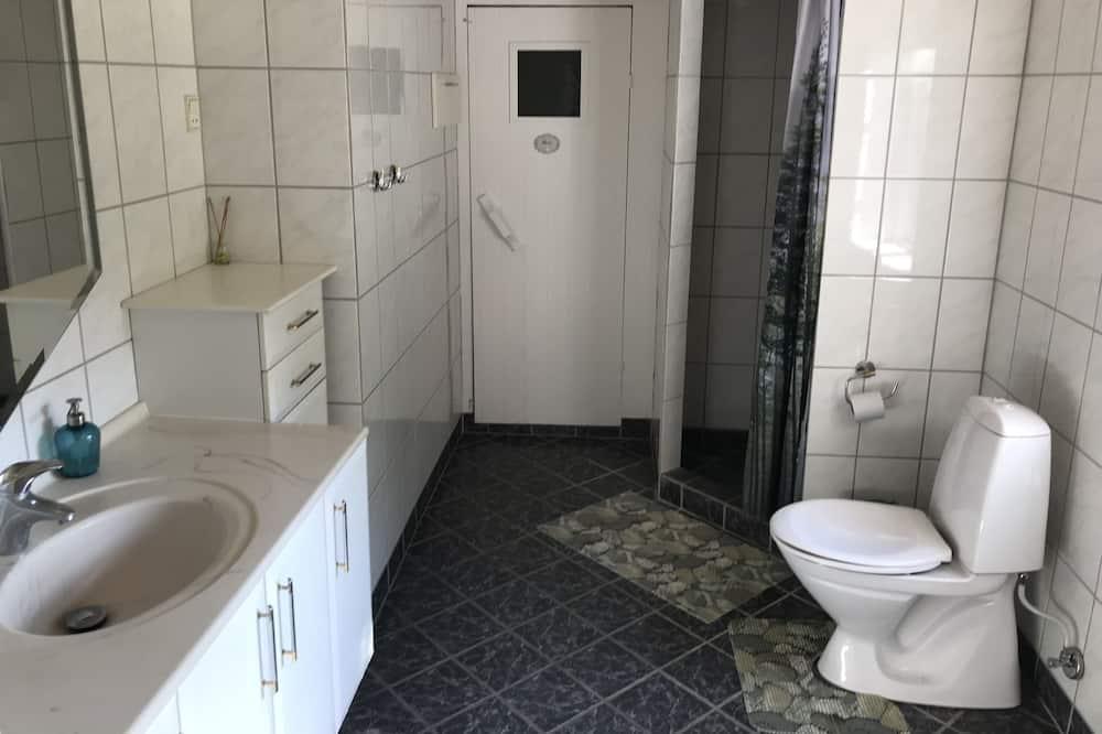 Familien-Suite, Mehrere Betten, Gemeinschaftsbad - Badezimmer