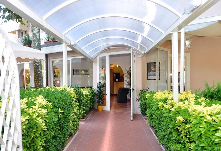 Hotel Azzurra, פייטרסנטה, הכניסה למלון
