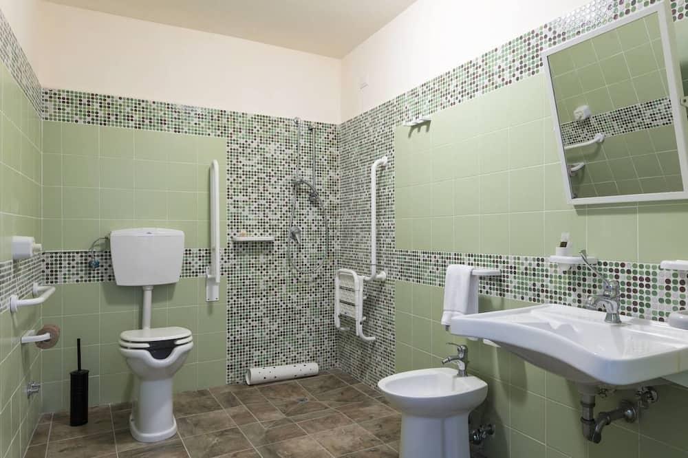 Kamar Double Deluks, 1 Tempat Tidur Queen, akses difabel, pemandangan halaman - Kamar mandi