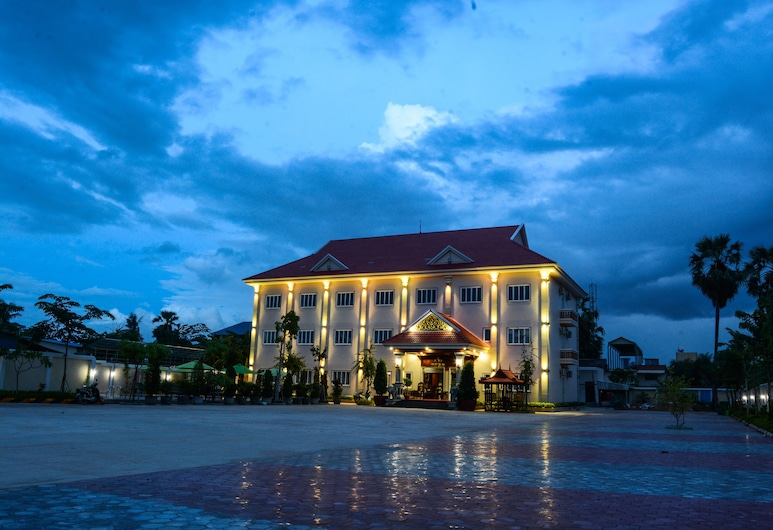 Kheang Oudom Hotel, Moung Ruessei, Hotel Front – Evening/Night