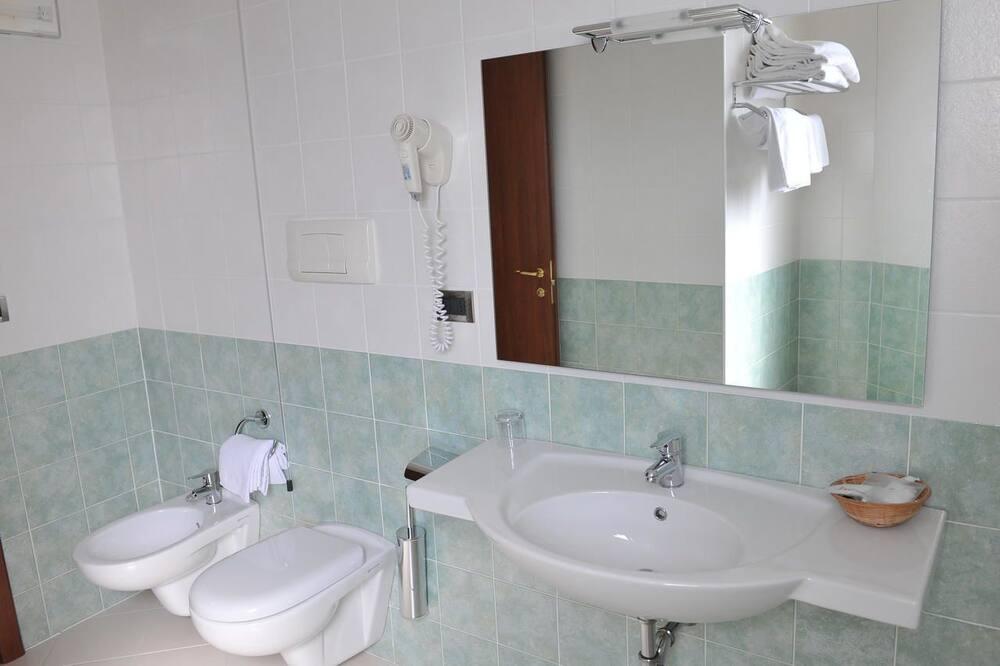 Deluxe-Dreibettzimmer - Badezimmer