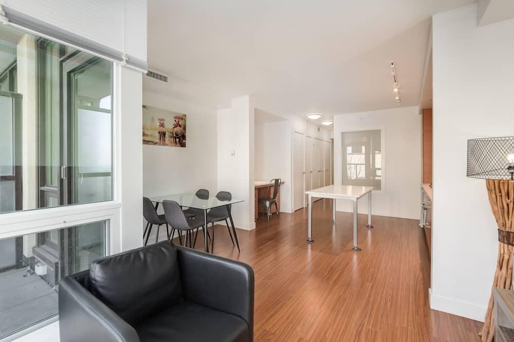 Studio, 1 Queen Bed, City View - Living Area