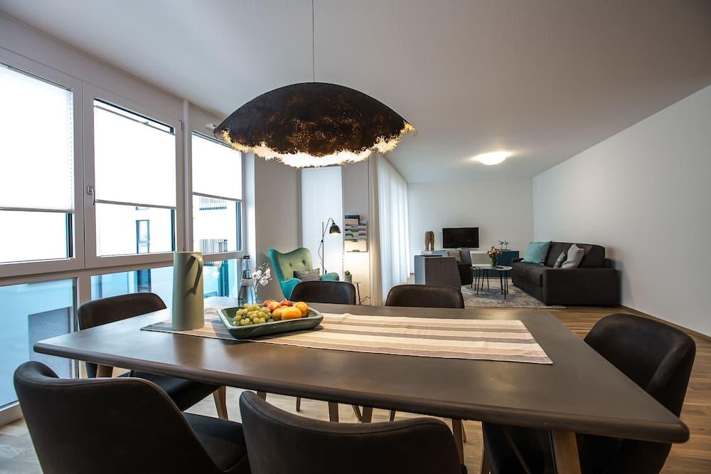 شقة ديلوكس - تناول الطعام داخل الغرفة