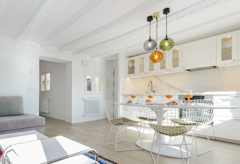 Charming Madrid Plaza, Madrid, Apartment, 2 Bedrooms, City View, Living Room