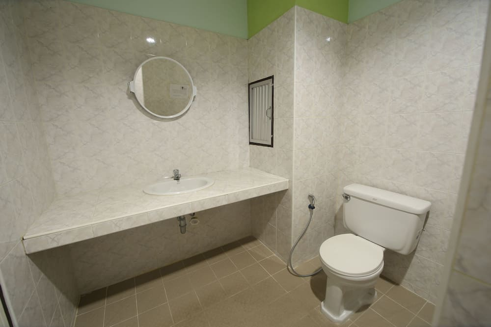 Mixed Dormitory 8 Bed Air Conditioning - Bathroom