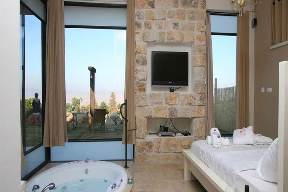 Deluxe Suite, 1 King Bed (with pool) - Житлова площа