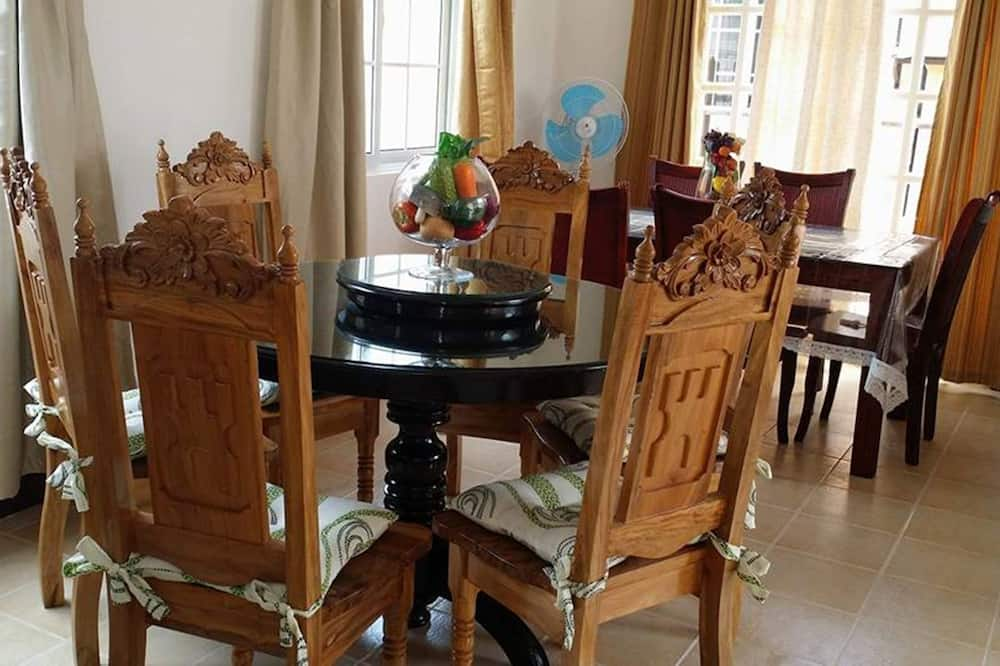 Six-Bedroom House - In-Room Dining
