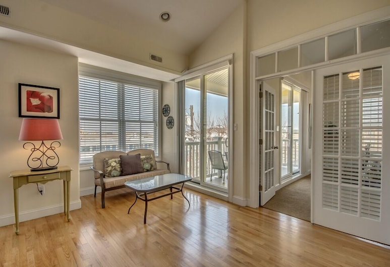 Hemingways By the Sea, North Wildwood, Deluxe Condo, 3 Bedrooms, Pool Access, City View, Living Room
