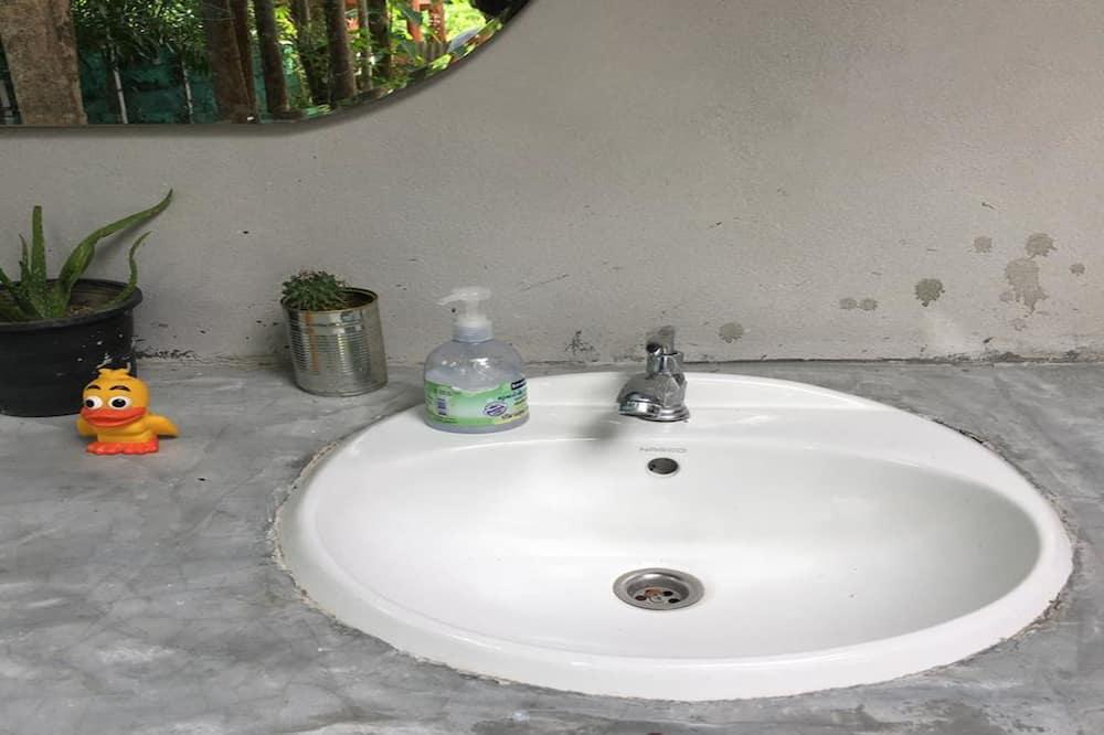 6-Bed Mixed Dormitory Room - Bathroom Shower