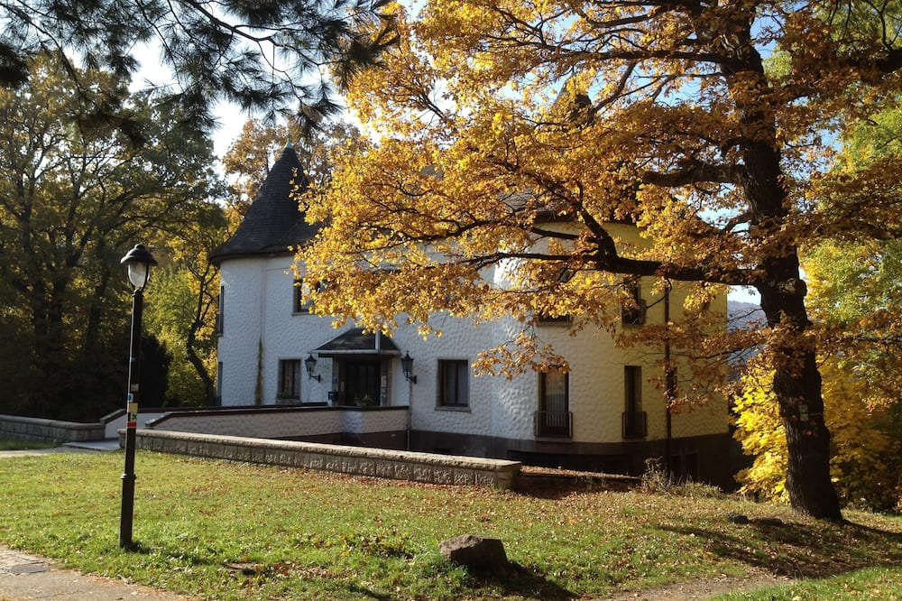 Villa Warzenburg, apartment 3 with view of the spa promenade and forest, incl. WIRELESS INTERNET ACCESS