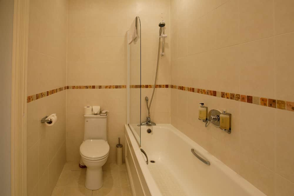 Pagerinto tipo dvivietis kambarys, 1 didelė dvigulė lova, iš miegamojo pasiekiamas vonios kambarys - Vonios kambarys
