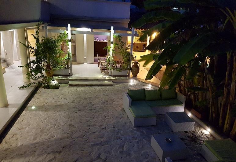 Mina Accomodation, Tropea, Fassaad õhtul/öösel