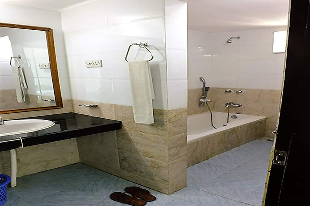 Numeris šeimai, Kelios lovos, vonia, dalinis vaizdas į jūrą - Vonios kambarys