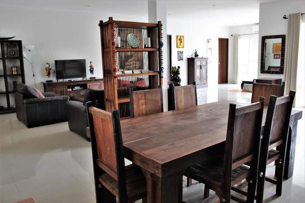 4 Bedrooms House - Tempat Makan Di Kamar