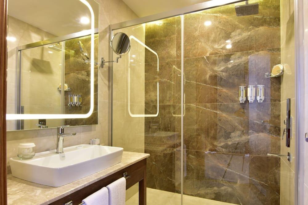 Family Quadruple Room, 2 Bedrooms, Smoking - Bathroom