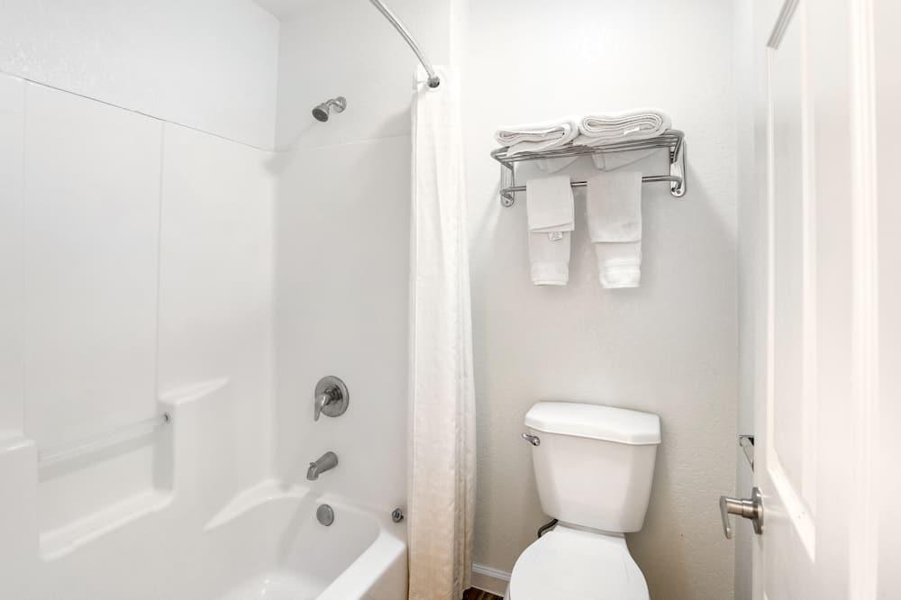Premium Room, 2 Queen Beds, Kitchenette - Bathroom