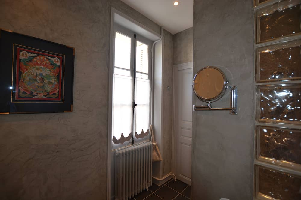 Maison Traditionnelle, salle de bains attenante, vue jardin - Salle de bain