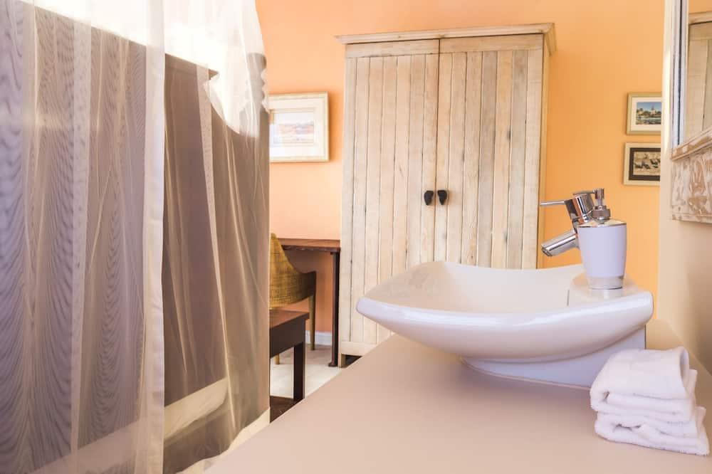 Honeymoon Suite - Bathroom