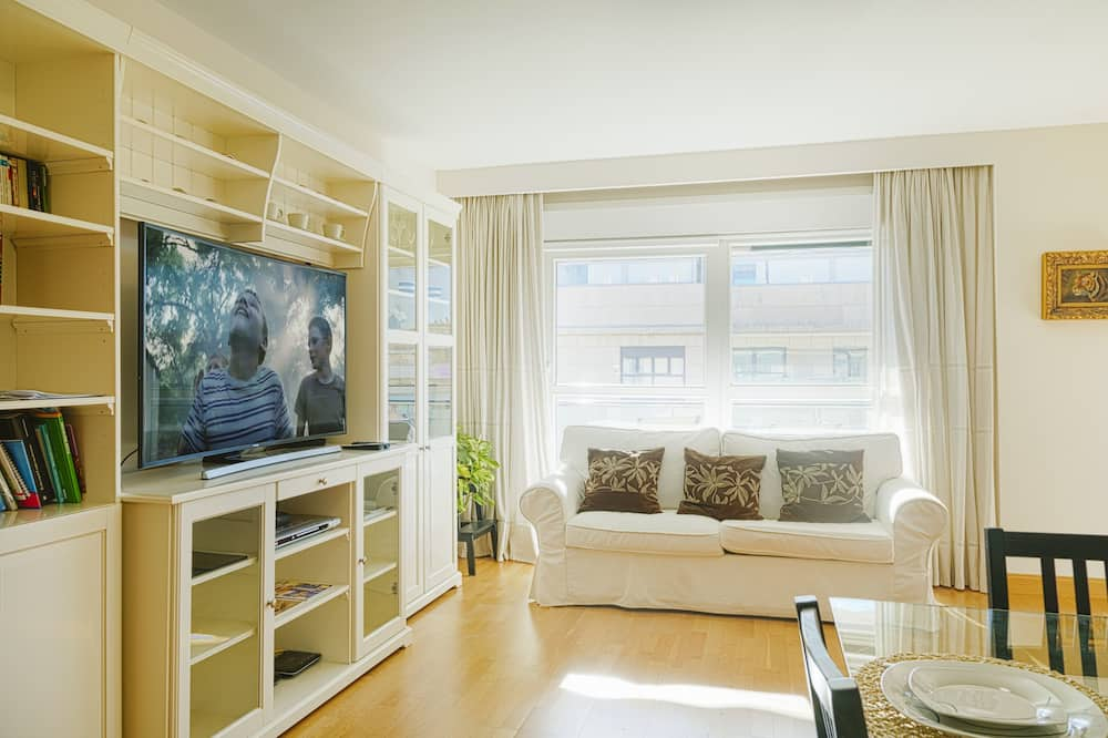 Apartament, 2 sypialnie, balkon, częściowy widok na ocean - Salon
