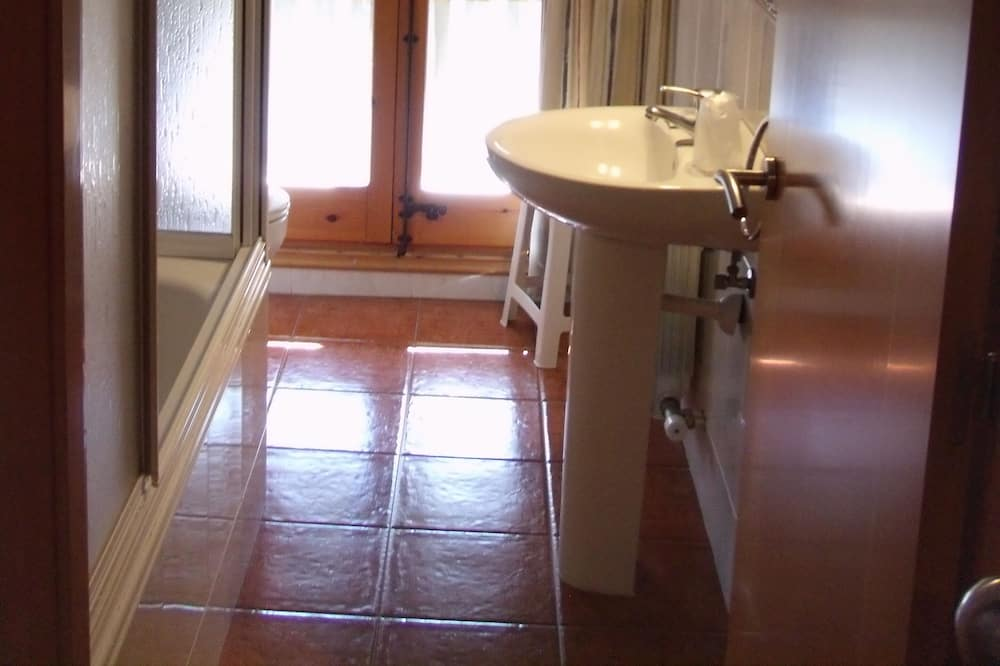 Exterior Double or Twin Room - Bathroom