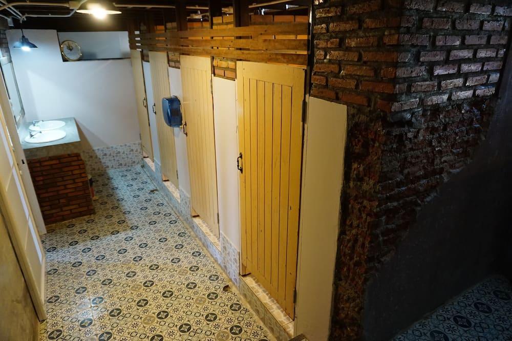 Basic ühiselamu, ainult meestele, ühiskasutatav vannituba - Vannituba