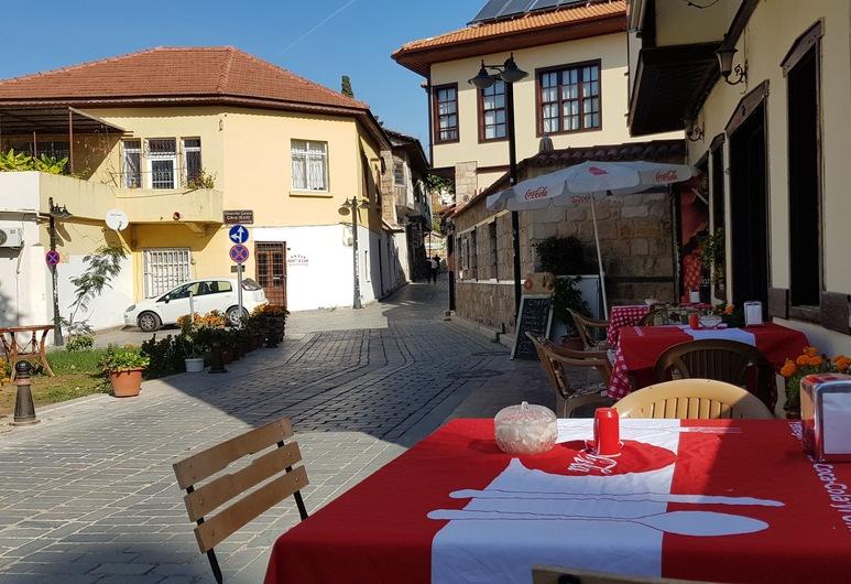 Dedehan Pansiyon, Antalya, Speisen im Freien