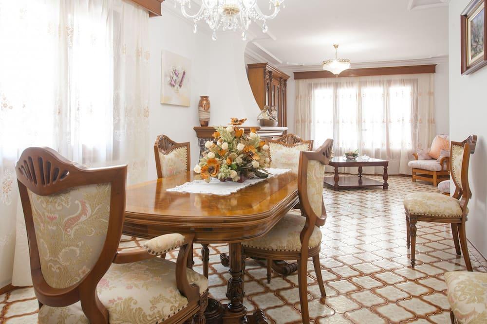 Chalet, 4 makuuhuonetta, Terassi, Näköala puutarhaan (4 Bedrooms) - Ruokailu omassa huoneessa