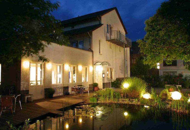 Hotel ZweiLinden, Meckenheim, Fassaad õhtul/öösel