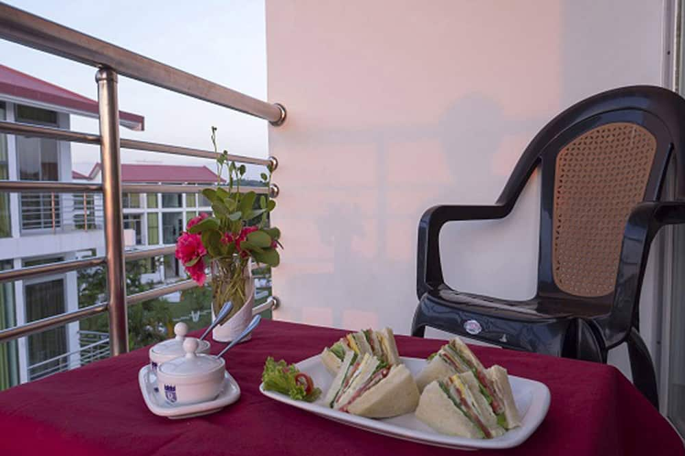 Двомісний номер «Делюкс», 1 ліжко «кінг-сайз», з балконом, з частковим видом на море - Балкон