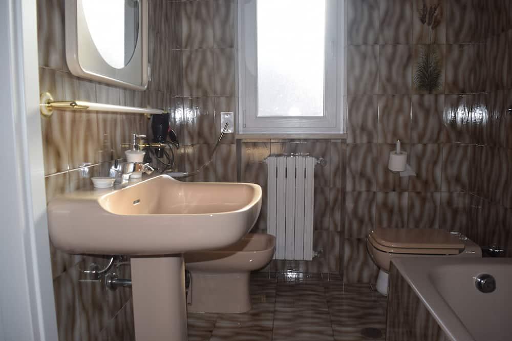 Double Room, Private Bathroom, City View - Bathroom