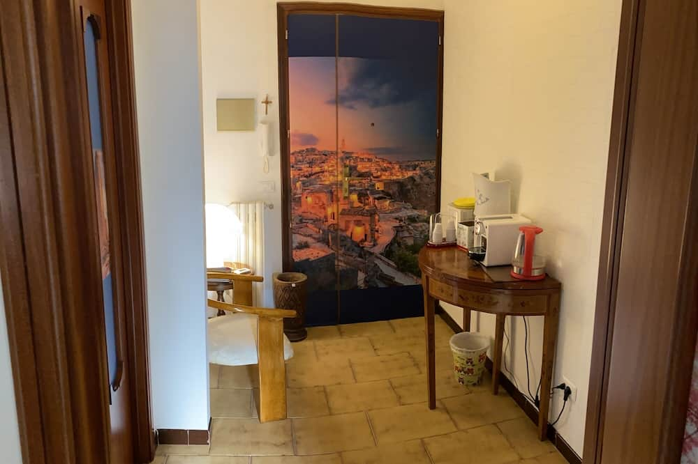 Twin Room, 2 Twin Beds, Shared Bathroom, City View - Living Area