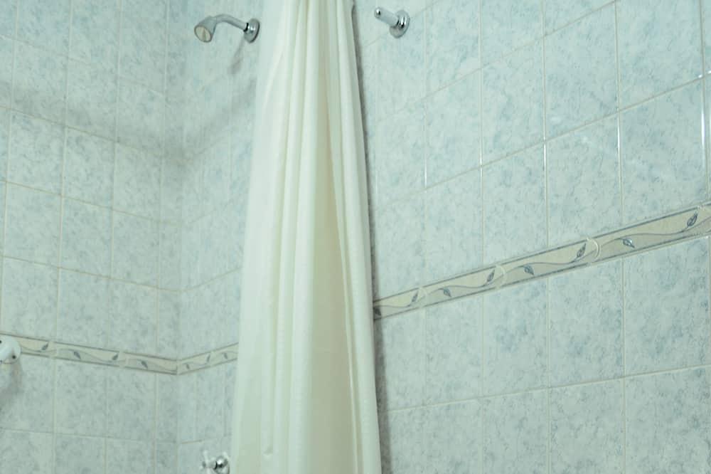 Superior Double Room, 2 Twin Beds, Bathtub, City View - Bathroom