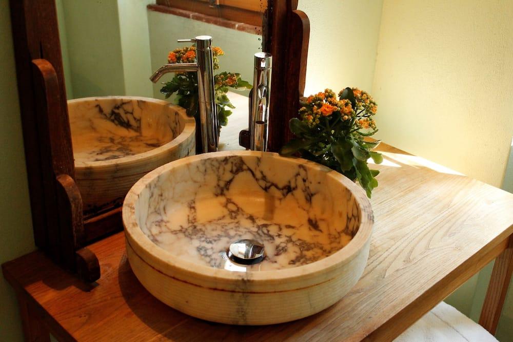 Traditional Triple Room, 1 Bedroom, Non Smoking, Private Bathroom - Bathroom