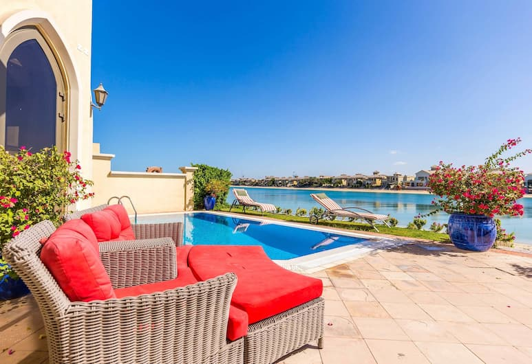 Palm Jumeirah Villa in Frond E by Deluxe Holiday Homes, Dubai