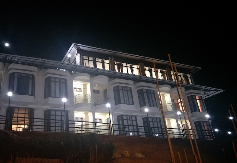 Hotel Majestic Oak Bush, Mussoorie, Hotellets facade - aften/nat