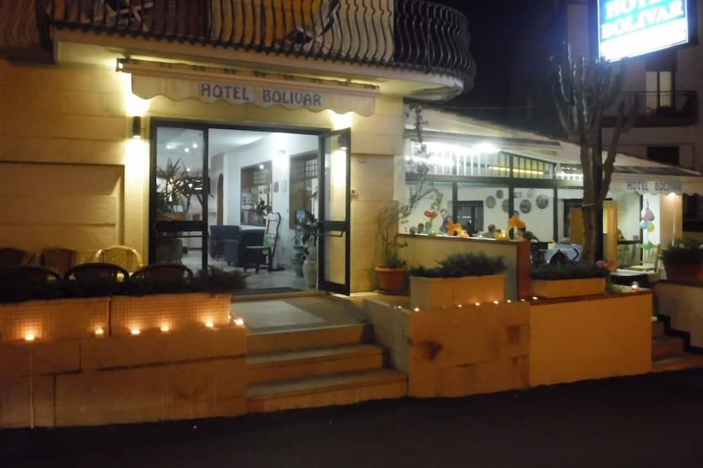 Bagian Depan Hotel - Sore/Malam