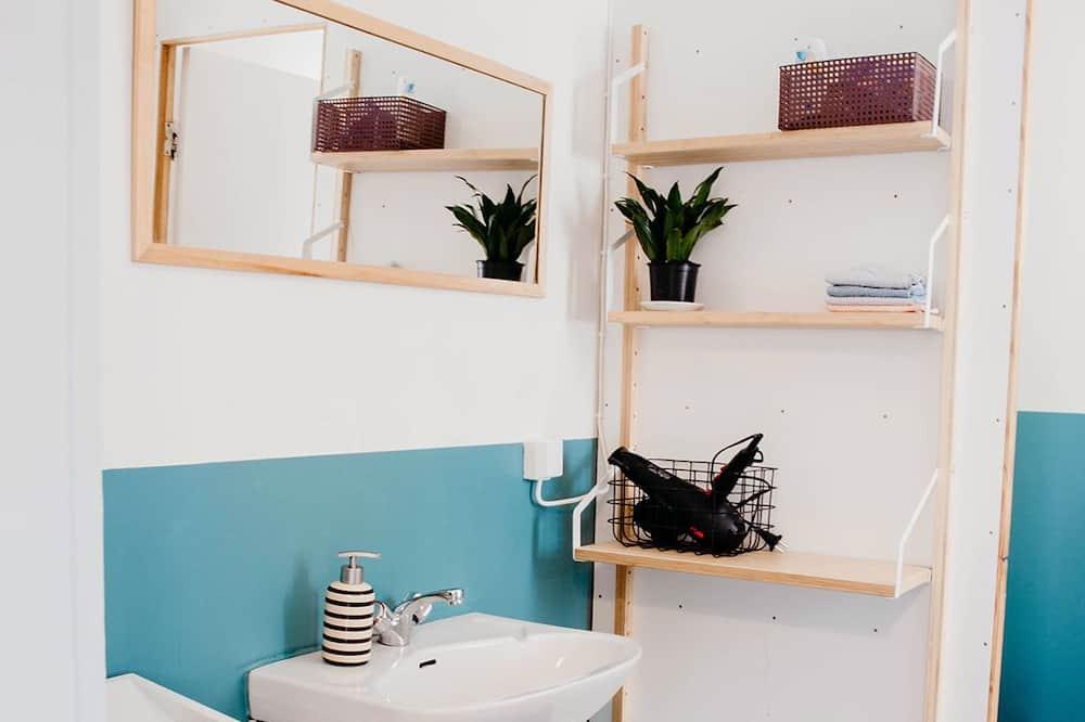 Habitación con 1 cama doble o 2 individuales, baño compartido - Baño