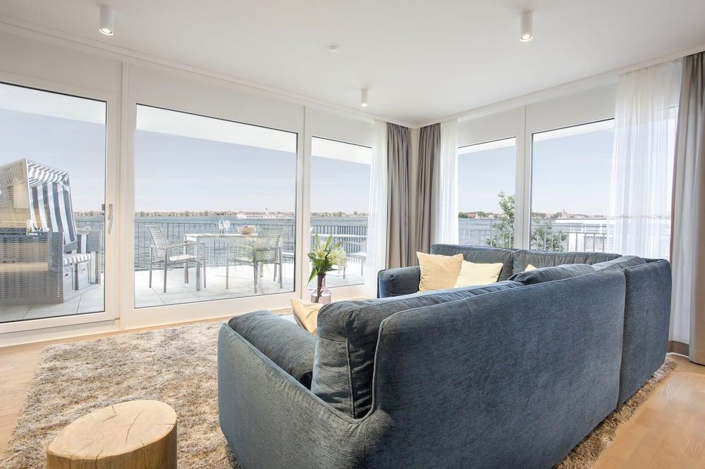 Paaugstināta komforta dzīvokļnumurs, divas guļamistabas, skats uz ezeru - Dzīvojamā zona
