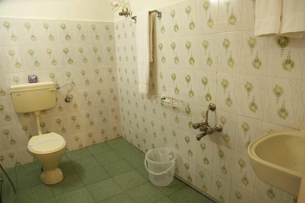 Basic Room, 1 King Bed, Smoking, City View - Bathroom