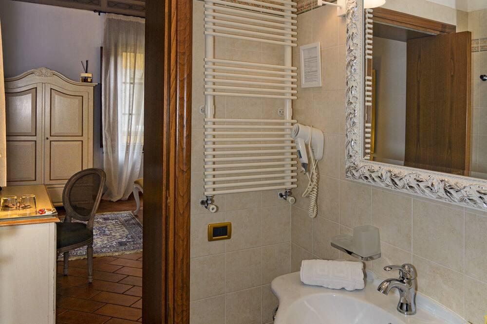 Junior Studio Suite, City View - Bathroom