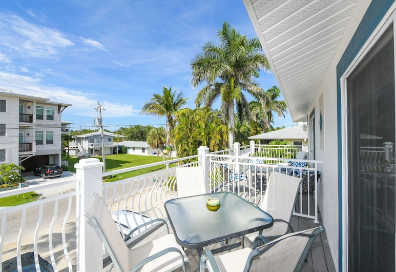LJ's Cottages by Beachside Management, Siesta Key, Deluxe Apartment, 2 Bedrooms, Pool Access, Courtyard Area, Balcony